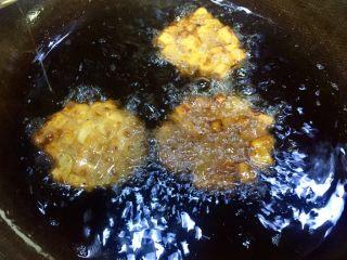 记忆里的香甜红薯饼,我比较喜欢吃焦香一点的,可以在炸一下
