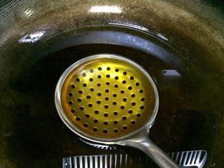 记忆里的香甜红薯饼,锅里倒入较多的油,最好能淹没漏勺,漏勺在热油里加热