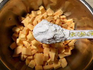 记忆里的香甜红薯饼,装入一个较大较深的盆里,放入面粉