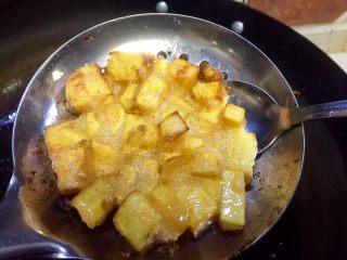 记忆里的香甜红薯饼,用小勺沿红薯饼底部脱模,然后漏勺继续循环从10开始的步骤