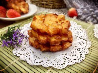 记忆里的香甜红薯饼,金黄焦脆且边缘红薯丁自然的线条是不是看起很有个性呢!好喜欢的说 这么成功,来张成品图纪念一下。