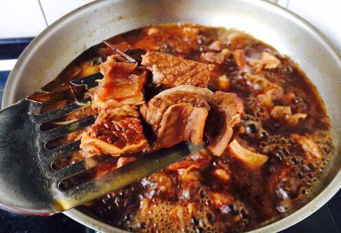补血益气 强筋健骨 山药烧牛肉(附红烧牛肉详细做法),挑出小香葱和其它的调料及调料包,诱人的牛肉就完美出炉啦!