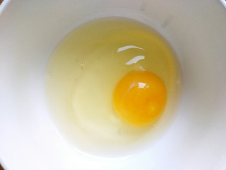 宝宝辅食+磨牙棒,鸡蛋一个打入碗内