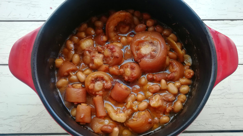 猪尾焖花生,待剩少许汤汁时,加入盐,生抽和老抽,调色调味,再开大火收汁即可