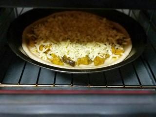 做饼+咖喱香菇鸡丁披萨饼,烤箱190度预热5分钟,披萨盘放入烤箱中层的烤网上,烤20分钟,注意观察颜色,(可以根据自家烤箱温度另定时间和温度。)