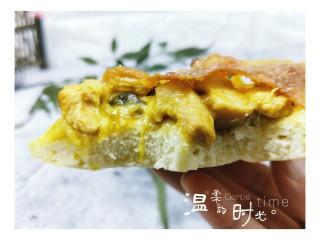 做饼+咖喱香菇鸡丁披萨饼,一口咬下去特别满足,诱惑到你吗?如果有,做起来吧!(^_^)