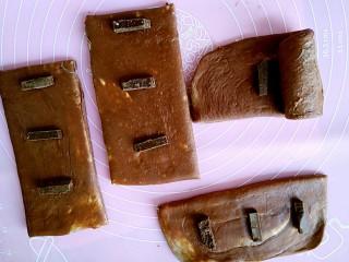 网红脏脏包,准备好巧克力,每卷一圈要放一小块小巧克力