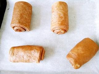 网红脏脏包,然后就放在油纸上,等待它发酵吧,最好控制在25度左右