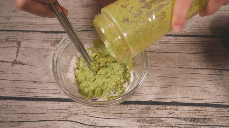 鸡肉蔬菜饼,蔬菜泥倒入面粉内,最好少量多次添加,方便搅拌。