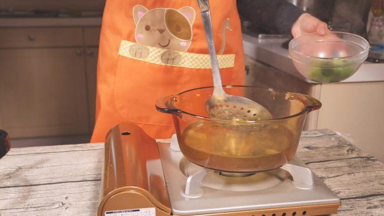 鸡肉蔬菜饼,捞出到碗里,晾至常温。(因为要使用料理机,需要常温操作)