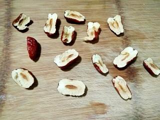 苹果红枣燕麦粥,红枣洗净去核,也可切成小的滚刀块(根据个人爱好可以不切直接放入)