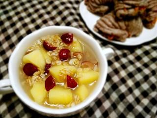 苹果红枣燕麦粥,配着黑米肉松海螺卷,能量满满的早餐,让你足以抵抗春困。