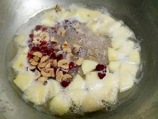 苹果红枣燕麦粥,再加入红枣,继续煮15分钟即可。