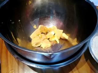 茉莉花茶曲奇 清新解郁,称量黄油,用电吹风吹至软化,冬季打发时底下用温水保温避免凝固。
