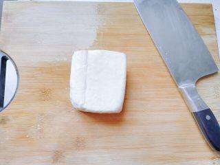 生菜豆腐肉沫羹,老豆腐洗净。