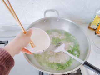生菜豆腐肉沫羹,叶子断生后,加水淀粉,迅速搅动。