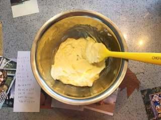 蔓越莓曲奇餅,已經呈現順滑狀,用刮刀翻拌時輕鬆且無阻力。無需用打蛋器打發,用刮刀呈一個方向多攪拌幾圈就好。