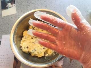 蔓越莓曲奇餅,請仔細對比看17(未成團前)、18(成團后)兩個步驟。 製作得當的麵團是完全不會沾手套的哦!其實我更喜歡手與麵團接觸的觸感,軟軟的微微濕潤但是不粘手。