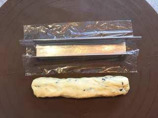 蔓越莓曲奇餅,鋪好硅膠墊,拿取適當份量的麵團,將麵團揉摔成和模具差不多大小的長方箱體。 tips:如果製作出來的麵團特別濕潤或粘手,先放冰箱冷藏一小會兒,至於時間,需要看麵團的狀態而定。