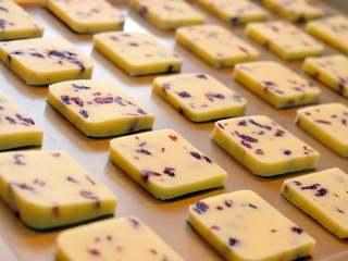 蔓越莓曲奇餅,擺盤。 因為烤製過程中,餅乾會有膨脹,每一片餅乾之間最少相隔1cm的距離,如果沒有留適當的距離,那就會成為一片巨大的曲奇餅,哈哈哈!