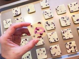 蔓越莓曲奇餅,反面教材來一個~ 看到紅圈標記的部分嗎?那就是沒有軟化好的黃油哦! 7、8、9、10步驟請用心哦!