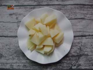 土豆烧排骨,土豆去皮切成小块待用