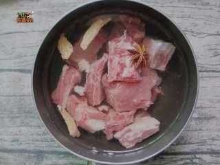 土豆烧排骨,清水加一勺陈醋,放入排骨,加入姜片、料酒、八角烧开焯一下去血水