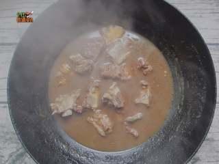 土豆烧排骨, 然后大火烧两三分钟后转小火煮30分钟