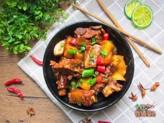 土豆烧排骨,土豆和排骨一起炖至软烂后,吃饱肉汤的精华,竟然也能吃出肉香来。