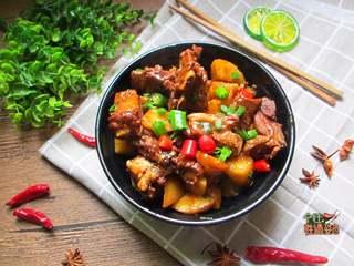 土豆烧排骨,每次吃完汤汁还可以泡着吃大碗饭饭,绝对的米饭杀手