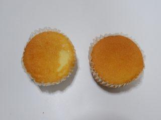 剩余麦芬大变身—可可脆片奶油蛋糕杯,先取麦芬蛋糕适量,1个蛋糕可以做一个杯子