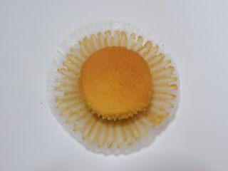 剩余麦芬大变身—可可脆片奶油蛋糕杯,将蛋糕撕掉纸托