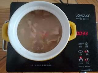莲藕排骨汤,浓汤宝融化后关火