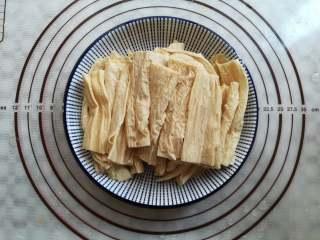 凉拌腐竹,把腐竹装到碗里摆放整齐