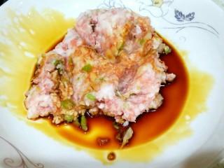 酸菜馅饺子,加入酱油,生抽,搅拌开。