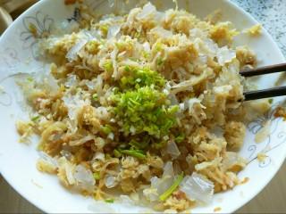 酸菜馅饺子,酸菜和粉条,加入韭黄末,淋上上一步熬的油,混合均匀。