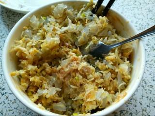 酸菜馅饺子,各自搅拌好的肉馅和素馅再次大团圆,搅拌均匀。