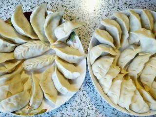 酸菜馅饺子,神预算,只剩一张饺皮,哈哈还包了一个老鼠饺子。