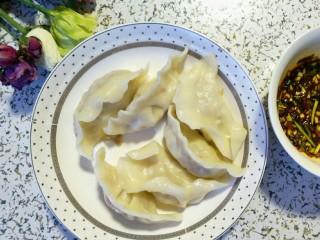 酸菜馅饺子,开水煮饺子,煮的步骤就不说了哈,一勺辣椒油,韭黄末,香菜末,酱油调的蘸料,美着咧美着咧~