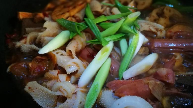 家宴菜谱~鸡鸭鱼肉之毛血旺,翻炒均匀 加入青蒜即可出锅