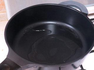 宴客快手菜【虾仁滑蛋】,中火,放入适量油