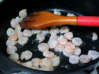 宴客快手菜【虾仁滑蛋】,虾仁两面煎成红色后,装出