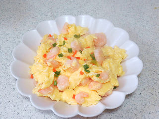 宴客快手菜【虾仁滑蛋】,表面可撒些葱花,胡萝卜碎装饰一下