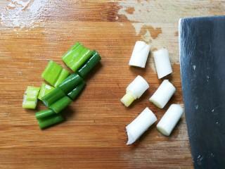 鲜美嫩滑蟹味菇烧嫩豆腐汤,葱切段