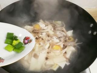 鲜美嫩滑蟹味菇烧嫩豆腐汤,放入葱叶出锅