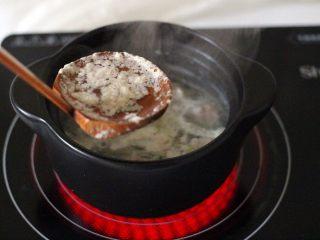 手工肉丸萝卜丝煲,撇去砂锅里的浮末