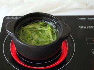 手工肉丸萝卜丝煲,把青萝卜丝进行焯水后、冲洗干净沥干水分备用