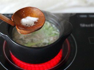 手工肉丸萝卜丝煲,加入适量盐和味精调味