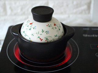 手工肉丸萝卜丝煲,盖上锅盖煮沸后