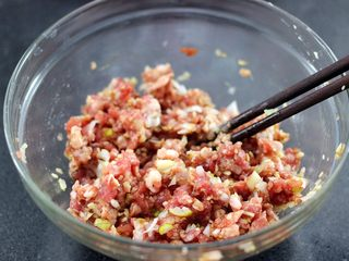 手工肉丸萝卜丝煲,顺时针方向搅拌上劲后即可
